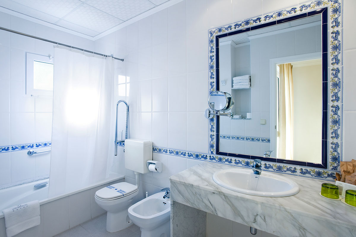 BAÑO HABITACIÓN STANDARD - Discover the inside of our hotel
