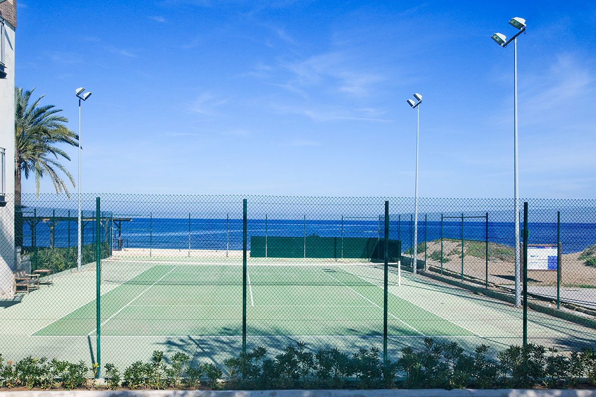 PISTA TENIS JUNTO MAR CON LUZ - Discover the inside of our hotel