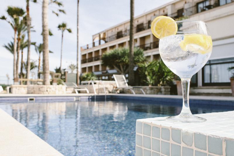Descanso en la piscina del Hotel Los Ángeles - D*NA trae un fin de semana inolvidable al Hotel Los Ángeles Denia
