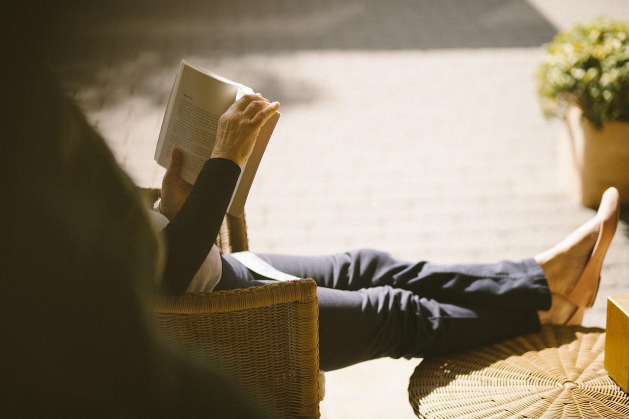 mujer leyendo - La lectura, compañera en un agosto relajado